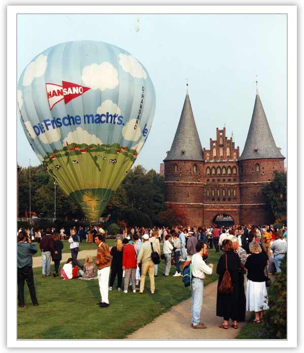 Ballonfahrt Lübeck vor dem Holstentor: kurz vor dem ersten Ballonstart nach der Wende - September 1992