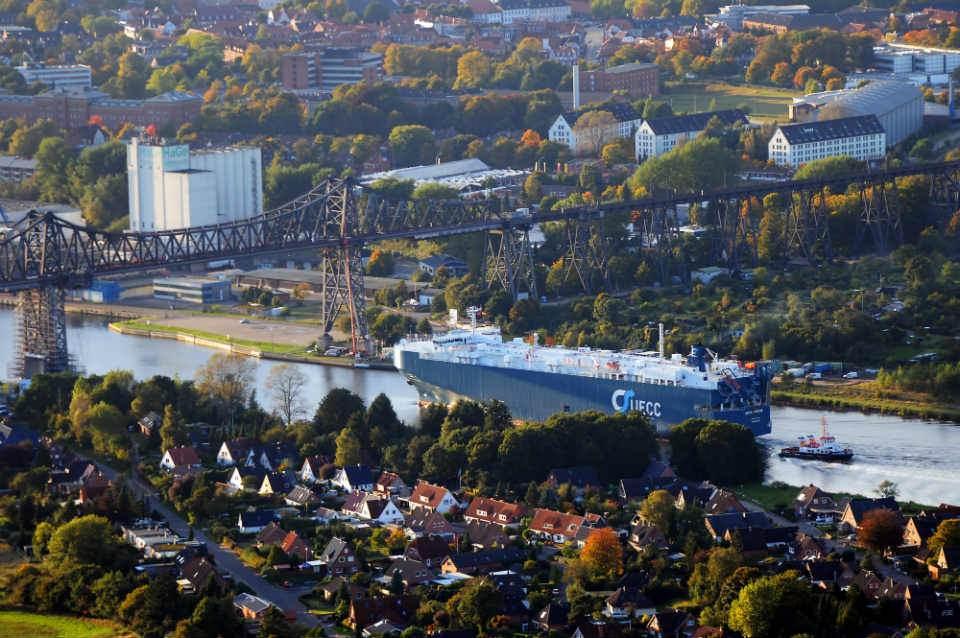 Ballonfahrt Rendsburg mit Blick auf RoRo-Frachter