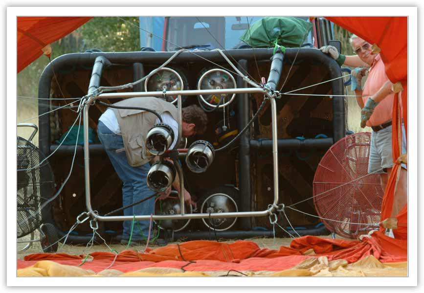 Aufrüsten - die Seile werden befestigt