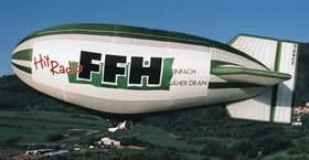 Luftschiff mit Werbebanner