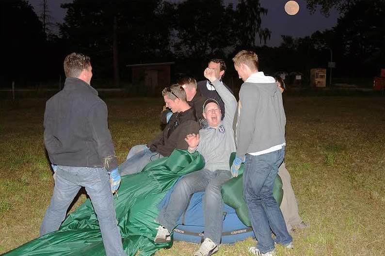 Ballonfahrt Kreis Harburg - Spaß beim Einpacken