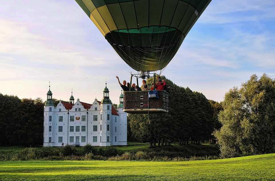 Ahrensburger Schloß kurz nach dem Start der Ballonfahrt