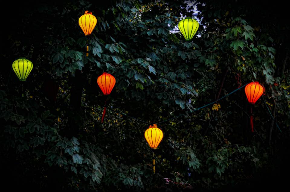 vietnamesische Seidenlampen beleuchtet