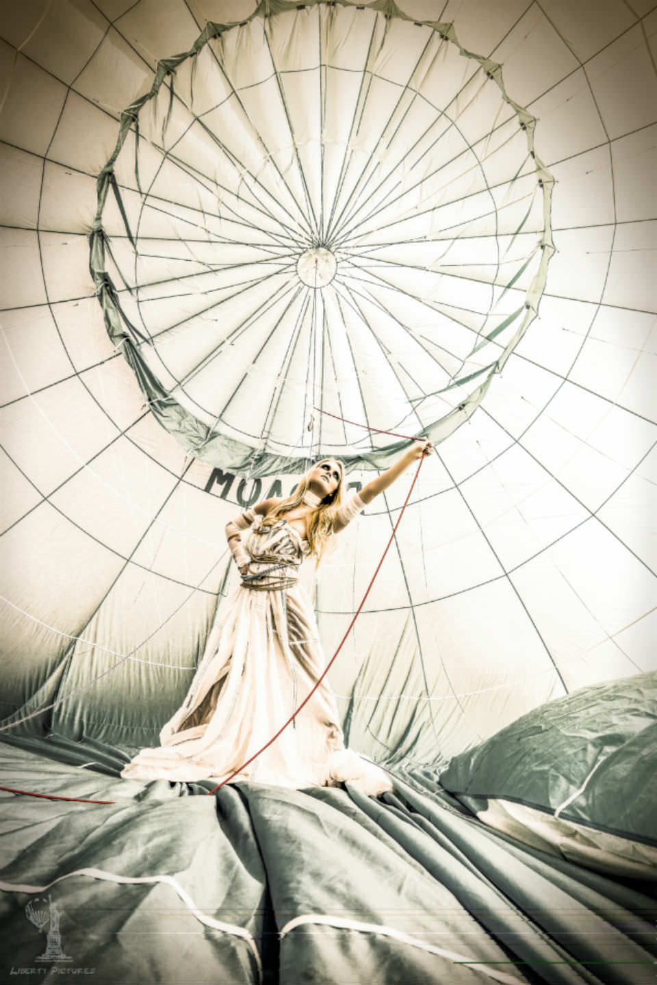 Foto Shooting im Ballon mit Frau und Seil