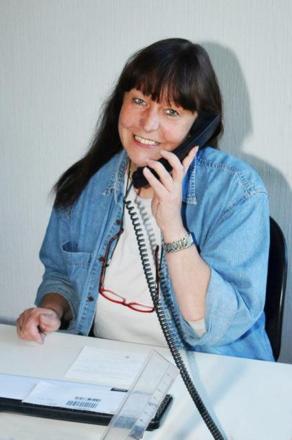 Claudia Spar nimmt Anrufe entgegen
