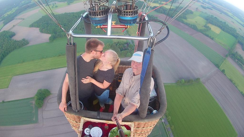 Heiratsantrag im Ballon - die Braut sagt ja