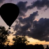 Heißluftballon mit dunkler Wolke